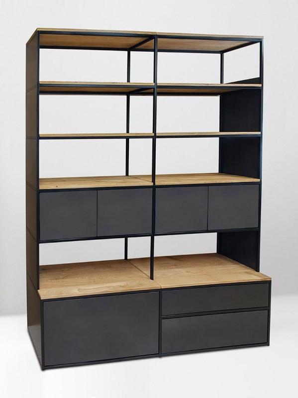 Regalschrank aus Holz und Metall. Schrankregal Maßanfertigung mit Türen und Schubläden aus Stahl. Industrial Loft Urban-Style.